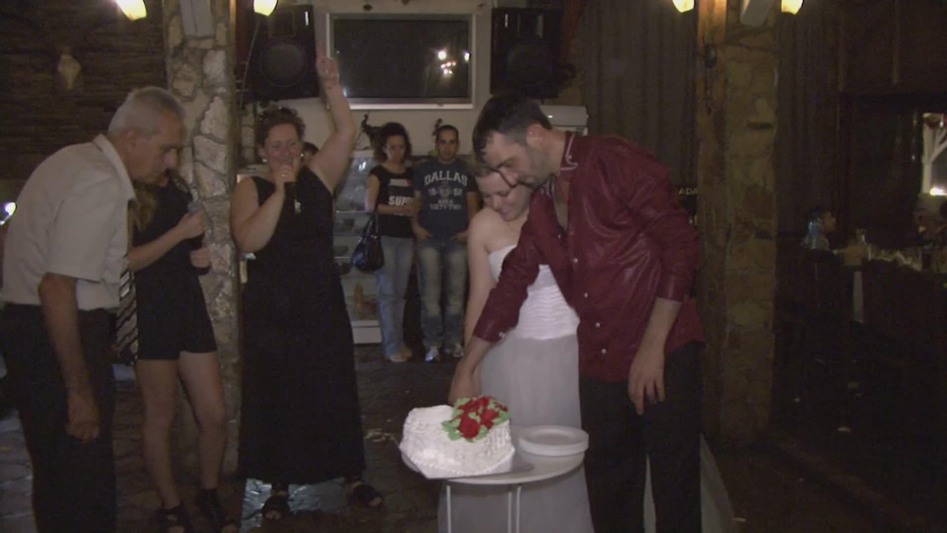 Видео заснемане Сватбена фотография - разрязване на сватбената торта (Видео)